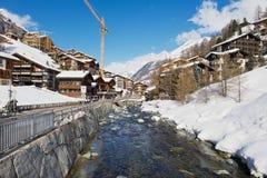 Vista ao rio e às casas tradicionais em Zermatt, Switzrland fotografia de stock royalty free