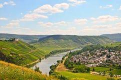 A vista ao rio Moselle e Marienburg fortifica perto da região da vila Puenderich - do vinho de Mosel em Alemanha imagens de stock
