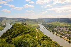 A vista ao rio Moselle e Marienburg fortifica perto da região da vila Puenderich - do vinho de Mosel em Alemanha Fotografia de Stock