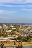 Vista ao sul da skyline de Perth e da autoestrada de enrolamento de Kwinana imagens de stock