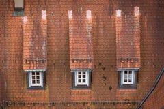 Vista ao telhado vermelho da casa alemão tradicional velha imagem de stock