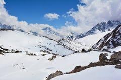 Vista ao vale de Gokyo e às montanhas Himalaias cobertos com a neve Imagem de Stock