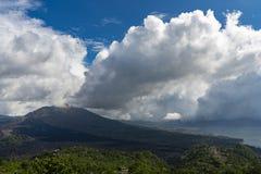 Vista ao vulcão Batur nas montanhas de Bali, Indonésia imagem de stock royalty free