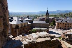 Vista aos distritos velhos de Ponferrada do castelo Imagens de Stock