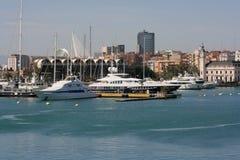 A vista aos iate luxuosos amarrou no porto de Valência, Espanha Imagem de Stock