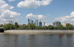 Vista aos raspadores do céu da cidade de Moscou do rio fotografia de stock