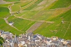 Vista aos vinhedos perto de Bernkastel-Kues e de rio Moselle, Alemanha fotografia de stock