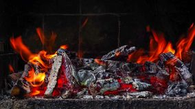 Vista aperta vicina della combustione del fuoco in un barbecue del mattone archivi video