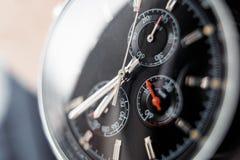 Vista aperta vicina di un orologio moderno sulla tavola Fuoco molle fotografia stock