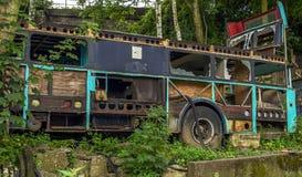 Vista apocalíptico velha, do cargo deteriorado e ônibus rotting nas madeiras Fotografia de Stock Royalty Free