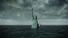 Vista apocalittica dell'acqua Vecchia statua della libertà in tempesta animazione 3D illustrazione di stock