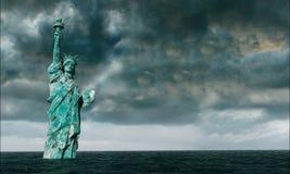 Vista apocalittica dell'acqua Vecchia statua della libertà in tempesta 3d rendono Fotografia Stock Libera da Diritti