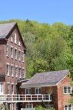 Vista architettonica della costruzione e del passaggio pedonale del XVIII secolo del lanificio nella città di Harrisville, New Ha fotografia stock libera da diritti