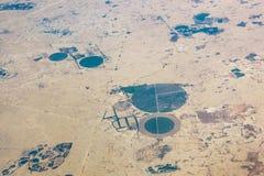 Vista aérea de campos circulares en el desierto Foto de archivo libre de regalías