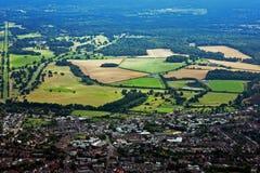 Vista aérea de la ciudad y de las tierras de labrantío Foto de archivo libre de regalías