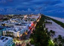Vista aérea de la impulsión iluminada y de la playa del sur, Miami, la Florida, los E.E.U.U. del océano Imagen de archivo libre de regalías