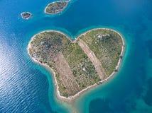 Vista aérea de la isla en forma de corazón de Galesnjak en la costa adriática Foto de archivo libre de regalías