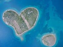 Vista aérea de la isla en forma de corazón de Galesnjak en la costa adriática Imagen de archivo libre de regalías
