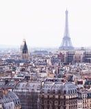 Vista aérea de París con la torre Eiffel Fotos de archivo libres de regalías