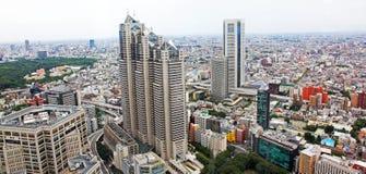 Vista aérea de Tokio con los caminos ocupados y los edificios de oficinas Foto de archivo libre de regalías
