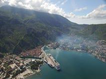 Vista aérea del barco de cruceros grande cerca del embarcadero Foto de archivo