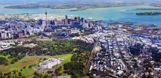 Vista aérea del museo del monumento de guerra de Auckland contra el centro financiero de Auckland Imagen de archivo libre de regalías