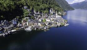 Vista aérea del pueblo de montaña famoso de Hallstatt con el lago Hallstaetter en las montañas austríacas Imágenes de archivo libres de regalías
