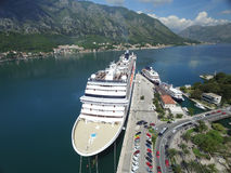 Vista aérea do grande navio de cruzeiros perto do cais Fotografia de Stock Royalty Free