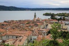 Vista a Arona ed il lago Maggiore, Italia Fotografia Stock