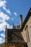 Vista arquitetónica de uma igreja inglesa muito velha mas famosa, mostrando seu detalhe imagens de stock