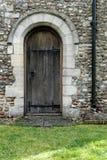 Vista arquitetónica de uma porta muito velha da madeira no lado de um castelo famoso fotografia de stock