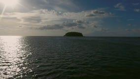 Vista arriba de la pequeña isla salvaje en el mar Foto de archivo libre de regalías