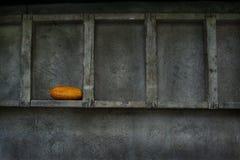 A vista artística da escada de madeira pendurou por um muro de cimento, textura do fundo. Foto de Stock Royalty Free