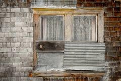 Vista artistica rustica di un abbandono della finestra della fattoria Fotografie Stock Libere da Diritti