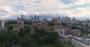 Vista ascendente aérea del horizonte de la ciudad de Londres metrajes