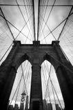 Vista ascendente blanco y negro del puente de Brooklyn Imagen de archivo libre de regalías