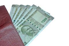 Vista ascendente cercana de la cartera y de 500 rupias de notas indias sobre el fondo aislado blanco fotografía de archivo libre de regalías