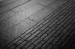 Vista ascendente cercana de la piedra de pavimentación en la calle imagenes de archivo