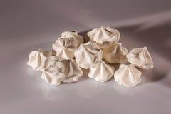 Vista ascendente cercana de las galletas blancas hermosas del merengue Postre tradicional de la cocina suiza francesa de /Italian imagen de archivo libre de regalías