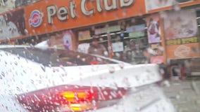 Vista ascendente cercana de las gotas de lluvia en un espejo de la ventanilla del coche almacen de metraje de vídeo