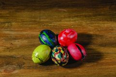 Vista ascendente cercana de los huevos de Pascua tradicionalmente adornados Tradición colorida Fondos de Pascua fotos de archivo libres de regalías