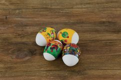 Vista ascendente cercana de los huevos de Pascua tradicionalmente adornados Tradici?n colorida Fondos de Pascua fotos de archivo libres de regalías