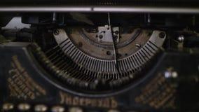 Vista ascendente cercana de ranuras y tipo barras de máquina de escribir vieja almacen de metraje de vídeo