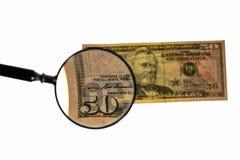 Vista ascendente cercana del billete de dólar más de cincuenta de la lupa banknote imagen de archivo