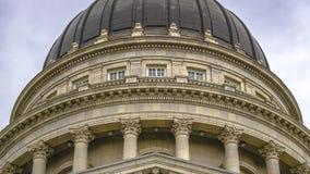 Vista ascendente cercana del edificio de la Capital del Estado en Utah imagen de archivo