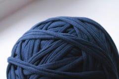 Vista ascendente cercana del hilo azul del ovillo para hacer punto fotografía de archivo libre de regalías