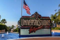 Vista ascendente cercana del logotipo de Universal Studios rodeada del agua azul de la fuente Fondos hermosos EE.UU. Los ?ngeles imagen de archivo