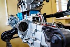 Vista ascendente cercana del motor de combustión interna en escuela de conducción imágenes de archivo libres de regalías