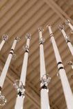Vista ascendente das varas de pesca brancas na exposição em um varejista ostentando popular dos bens no Midwest foto de stock royalty free