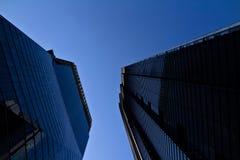 Vista ascendente de la arquitectura moderna de Londres en distrito financiero principal la ciudad imagen de archivo libre de regalías